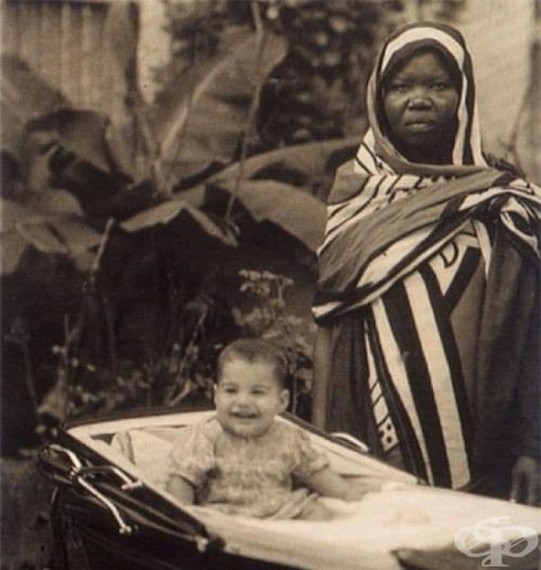 Уморена бавачка позира с нейния малък повереник, който се казва Фарук   Бурсала. Двадесет и пет години по-късно той ще приеме псевдонима Фреди   Меркюри. Занзибар, 1947г.