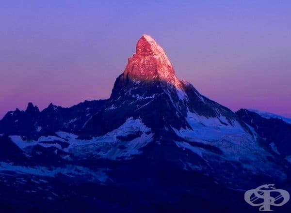 Осветен връх, изглеждащ като скъпоценен камък.