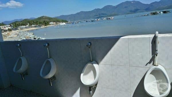 Тоалетна с изглед към плажа и обратното.