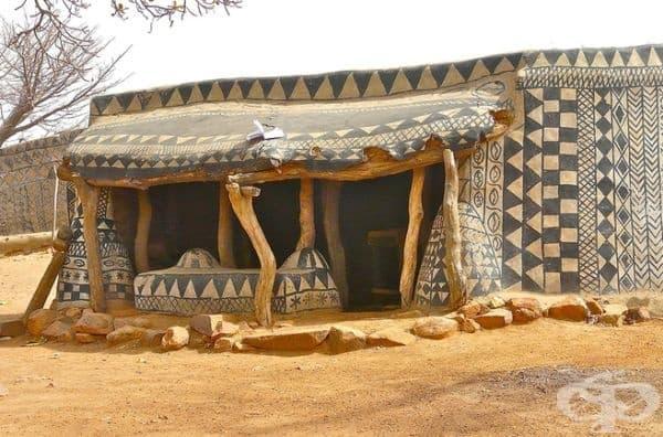 Друга отличителна разлика е размерът на входната врата. Вождът на селото има дом с най-малката врата, с цел защита при нападения.