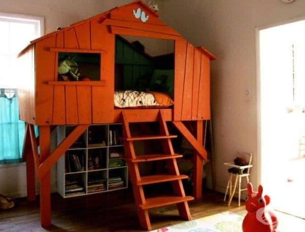 Къщичка – легло. Много деца мечтаят за собствена къща на дърво. Ето един добър пример, а пространството под нея може да се използва като библиотека и място за игра.