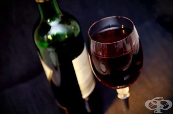 Червено вино. Не бъдете изненадани. Червеното вино съдържа ресвератрол, който има силни противовъзпалителни свойства. Консумирането до 1-2 чаши може да намали риска от развитието на остеоартрит и ревматоиден артрит.