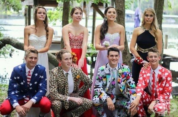 Мъжката част са избрали доста нетипични костюми за бала. Видно е, че дамите не одобряват това.