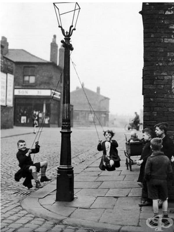 Деца се забавляват на улична лампа в Лондон през 1946 г.