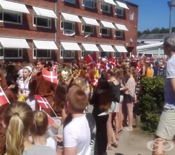 Във всеки град се провежда ярък парад на абитуриенти с карнавални костюми.