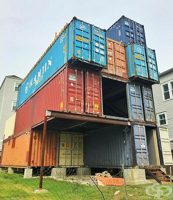 За реализацията на проекта са били необходими 11 контейнера. Всичките са били комбинирани в една конструкция. След това е оформена външна изолация и дизайн и се е пристъпило към вътрешното оформление.