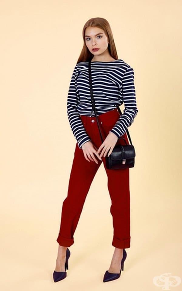 Универсален вид с джинси. Ако сте в движение, заменете полата с тесни панталони. Добавете чанта, която може удобно да бъде хвърлена през рамото. Това е съвсем друга визия.