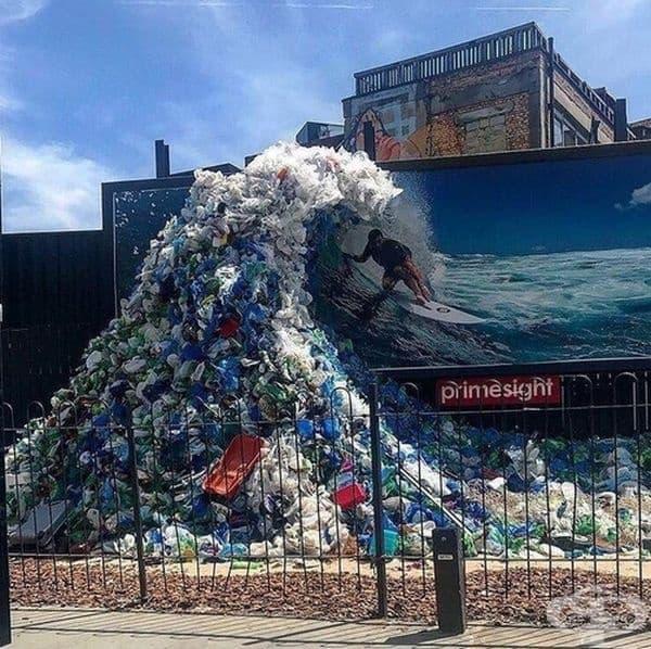 """Компанията """"Корона"""" създаде вълна от боклук по повод Световния ден на океаните в Лондон."""