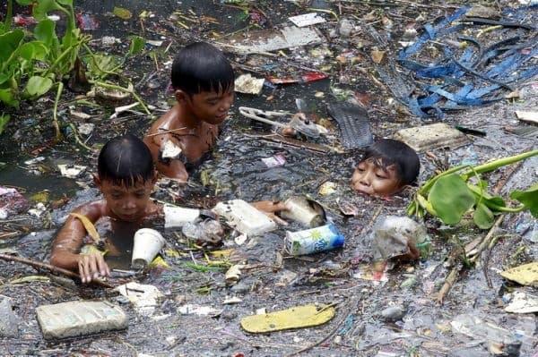 Деца от Филипините се опитват да намерят нещо за продан.