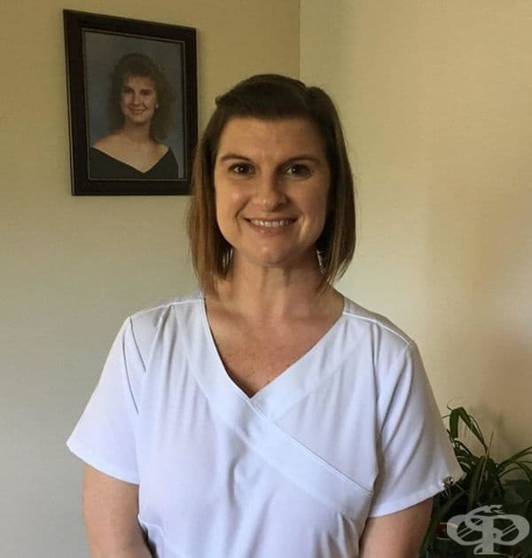 """""""На 44 години майка ми завърши медицинско образования. Тя е до снимката, когато е завършила гимназия. Нейното послание към всички е, че """"Никога не е късно за учене""""."""""""