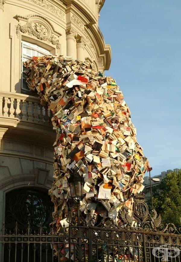 Арт инсталация от 500 книги на Алисия Мартин.