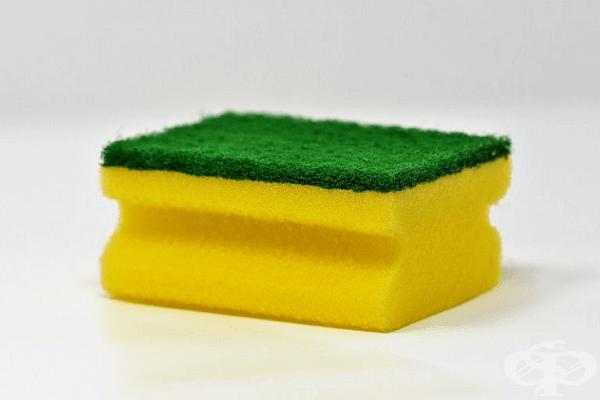 Зелено. Гъба със зелена абразивна част е предназначена за най-тежките замърсявания. Въпреки това такъв твърд материал може да надраска някои покрития. Не се препоръчва да се използва върху незалепващи тигани, витражи, емайлирани съдове и др.