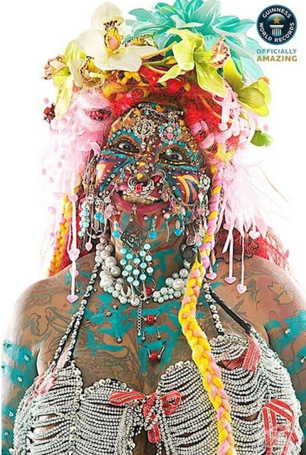 Илейн Дейвидсън от Бразилия е известна с безусловната си любов към пиърсинга. Прави първия си пиърсинг през 1997 г. и няма намерение да спира – до сега има повече от 6925 бижута по тялото си.Тя твърди, че не изпитва болка и дори спи с тях.