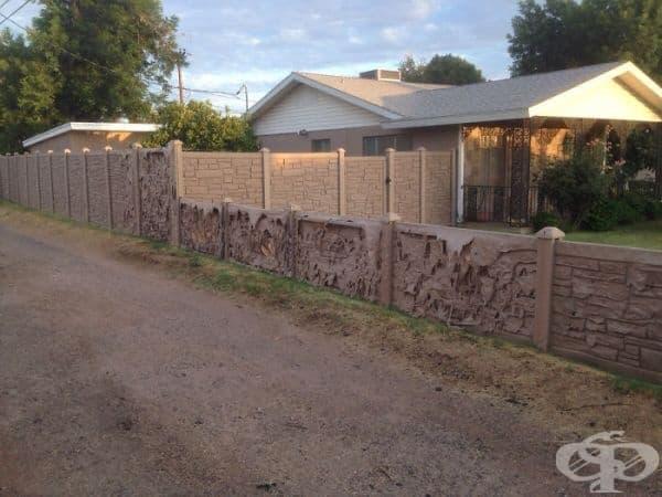 """""""Моите съседи поставиха тази фалшива пластмасова стена през зимата. Сега тя бавно се разтапя от топлината."""""""