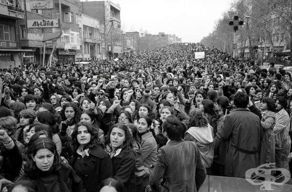 Протестиращи жени срещу принудителното носене на хиджаб след Ислямската революция в Иран през 1979 г.