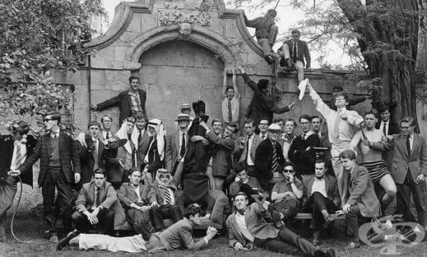 Членове на корабния клуб към Оксфордския университет през 1960 г. Младежът в бяло, който размахва кърпичка, е Стивън Хокинг.