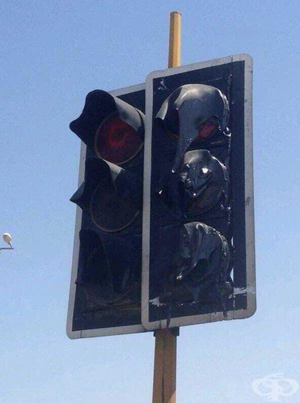 Светофари в Кувейт, разтопени от високите температури.