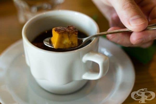 Лапландско кафе, Финландия. Първоначално в чашата се поставя бучка сирене и след това се изсипва кафето.