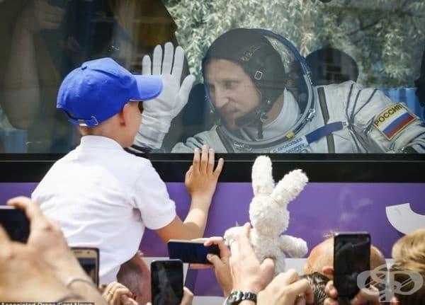 Космонавт разговаря със сина си преди отлитане в космоса.