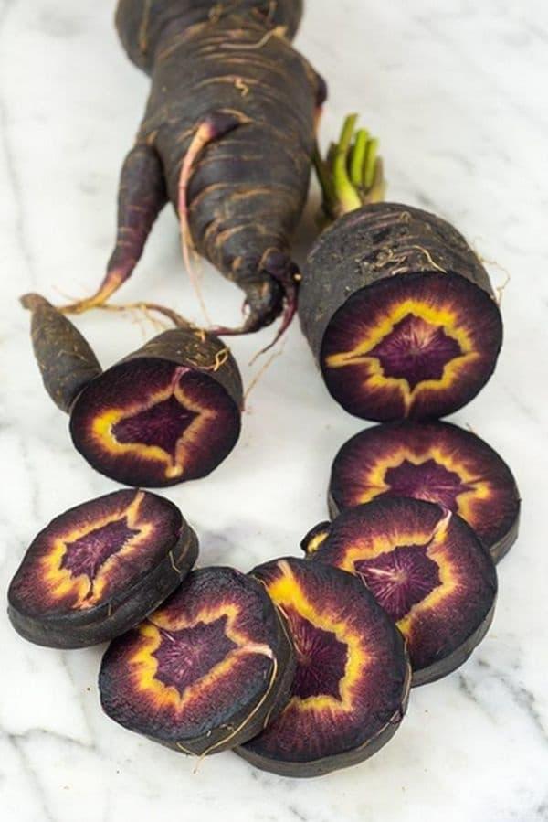 Черен, дори многоцветен морков.