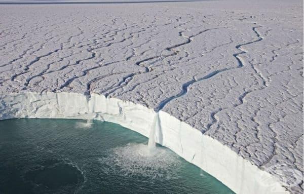 Водопад от ръба на ледник в Свалбард, Норвегия.