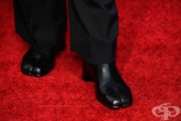 Тези черни обувки са мъжкия вариант, изработени от черна телешка кожа с плоска подметка.