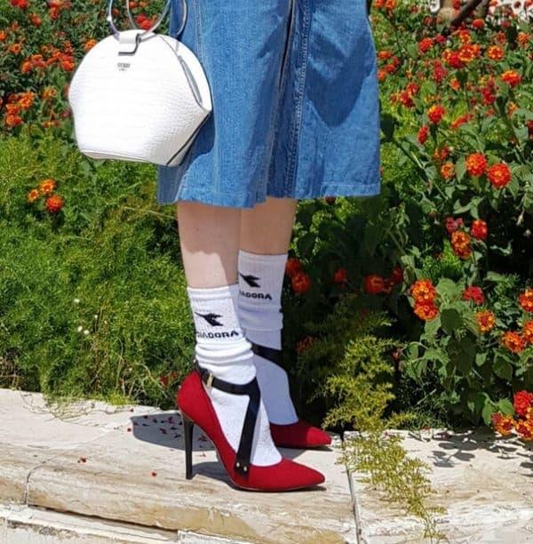 Комбинирайте спортни чорапи с празнични обувки.