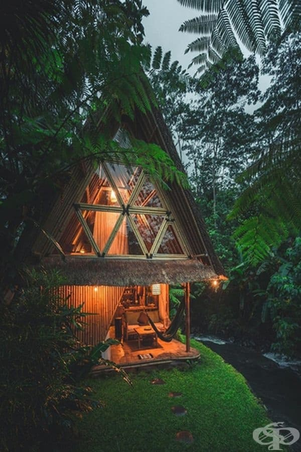 Великолепен бамбуков дом край река в Бали.