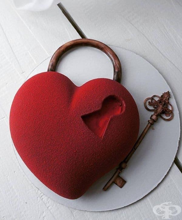 Торта с форма на сърце и ключът към него.
