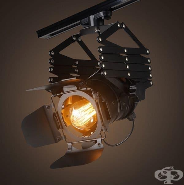 Лампа във формата на камера неизбежно ще привлече вниманието ви. Удобството при този вид е възможността за насочване на светлината в различни посоки.