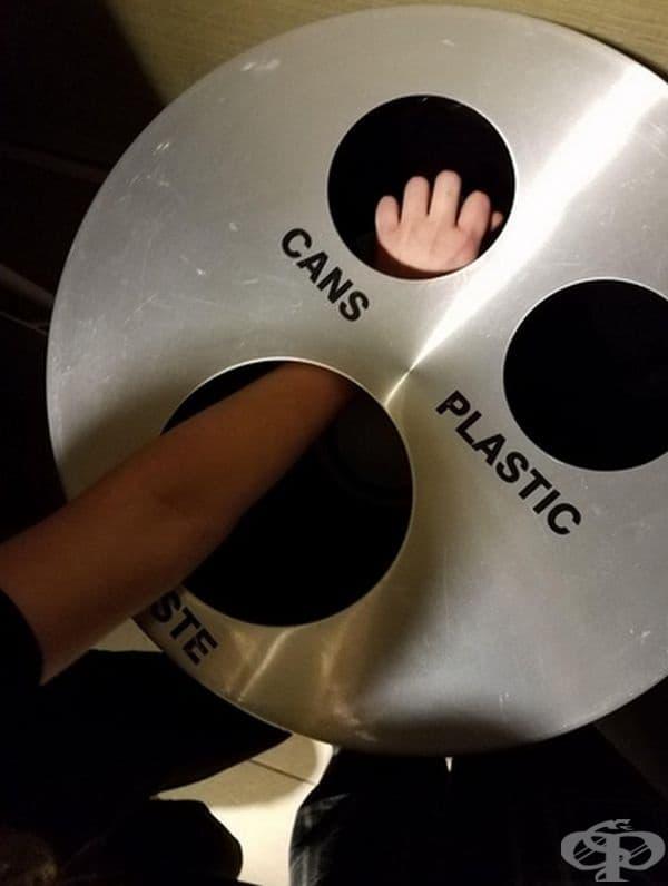 Вероятно създателите на това кошче за боклук считат, че разделното сметосъбиране се разпределя на друго място.