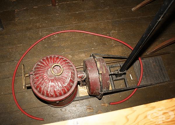 Прахосмукачка. Първият патент за прахосмукачка получава американецът Даниел Хес през 1860 г. Почистващата машина за килими е била с въртяща се четка и сложна система за всмукване. Това е ранната версия на ръчна прахосмукачка.