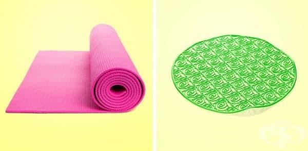 Йога и постелка за баня. Поставете постелките заедно с някои кърпи в пералнята и изберете деликатния режим. Не използвайте препарат. Не забравяйте, че тези продукти трябва да се почистват само в студена вода.