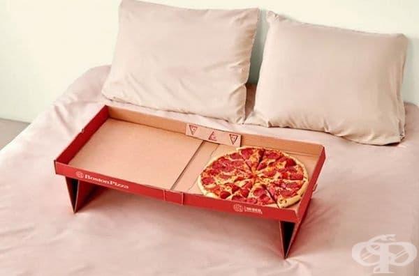 Кутията за пица лесно се превръща в елегантна маса.