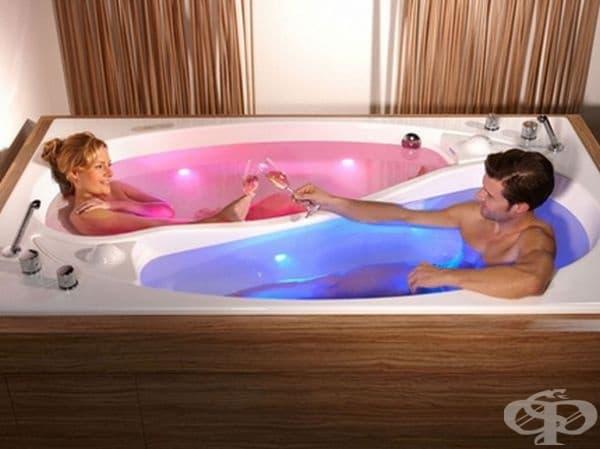 Вана с две разпределения. Всеки се чувства свободен да се разположи във ваната, но и да се радва на компанията на партньора. Отделно всеки може да регулира температурата на водата в неговата половина.