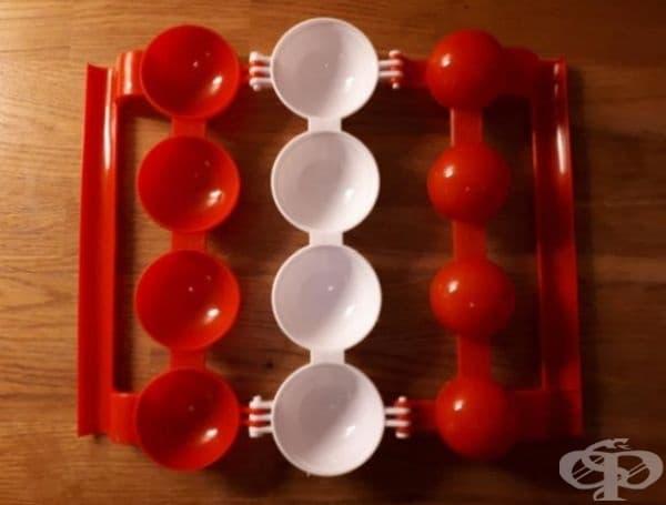 Приспособление за кюфтета с плънка в тях. Поставя се кайма в червените полукръгове вляво и средните бели полукръгове. С дясната червена част се правят вдлъбнатини за плънката в каймата, след което пълнежът се запечатва с каймата от полукръговете вляво.