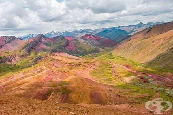 Планини с цветовете на дъгата.