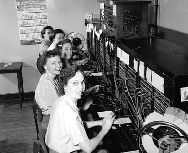 Телефонен оператор. Преди появата на компютъризирани телефонни системи, от телефонния оператор се е изисквало да проведе телефонно обаждане. Той е свързвал повиквания, като поставя телефонни контакти в съответните жакове.