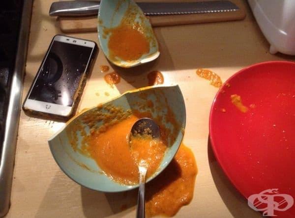 """""""Просто исках да разблокирам телефона си, а той падна в купата със супа""""."""