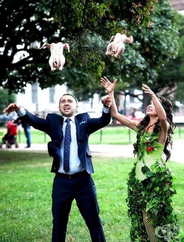 Булка и младоженец пускат гълъби на свобода в сватбения си ден.