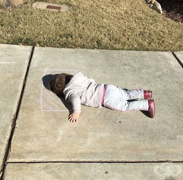 """""""Моята дъщеря си нарисува възглавница на земята и легна да спи."""""""