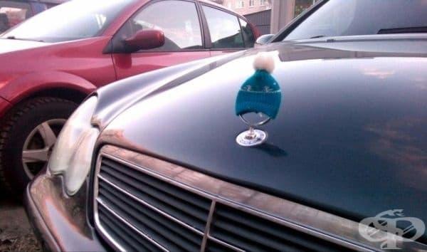 Собственикът на този автомобил сложи шапка върху неговата емблема, защото навън започва да се застудява.