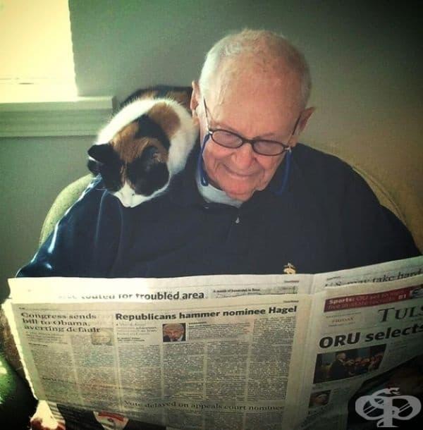 Тези двама приятели всеки ден започват утрото с четене на вестник.