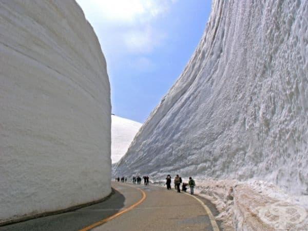 Почистен снежен път.
