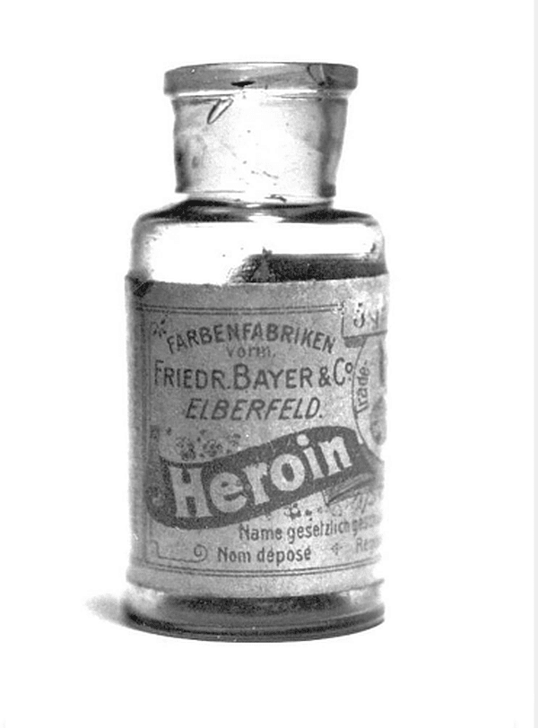 Хероинът е изобретен по подобие на морфина, но се е оказало, че е 2 пъти по-силен от него. Бил е предписван за лечение на кашлица, болки в гърба и безсъние.От 1898-а до 1910г. сиропите са предлагани като заместител на морфина и са водили до пристрастяване