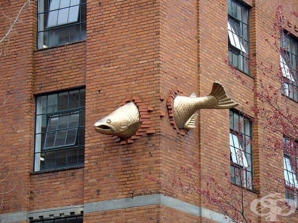 """""""Трансцендентност"""", Портланд, Орегон. Скулптурата се намира точно над популярния ресторант Southpark Seafood."""