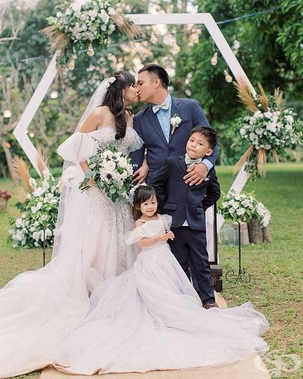 Чино Вафлор и Кат Баутиста Паломар организират своята сватбена церемония на 10 км. от вулкана Таал на остров Лусон, около езерото Таал на Филипините.