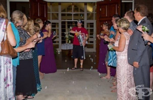Когато очаквате младоженците, а се появи някой друг.