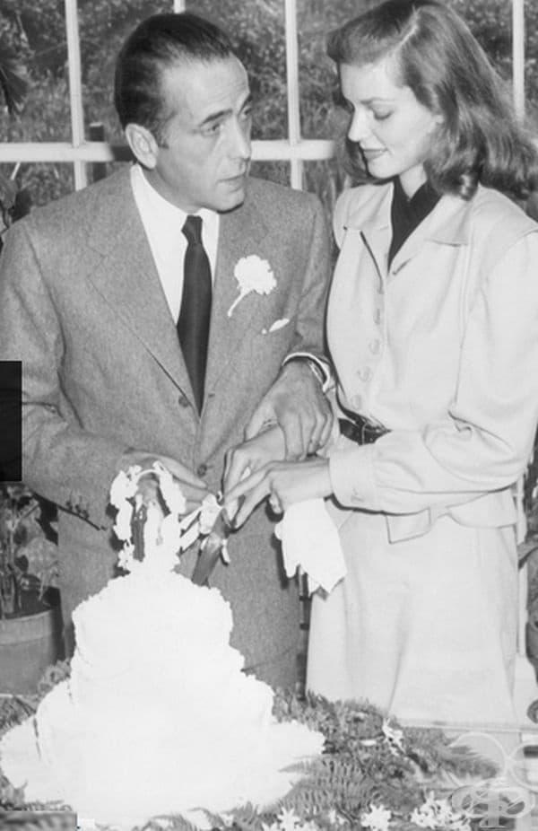 Лорън Бекол, 1945 г. Известната холивудска актриса встъпи в брак с Хъмфри Богарт (25 години по-голям от нея) в бежов костюм с черен колан.