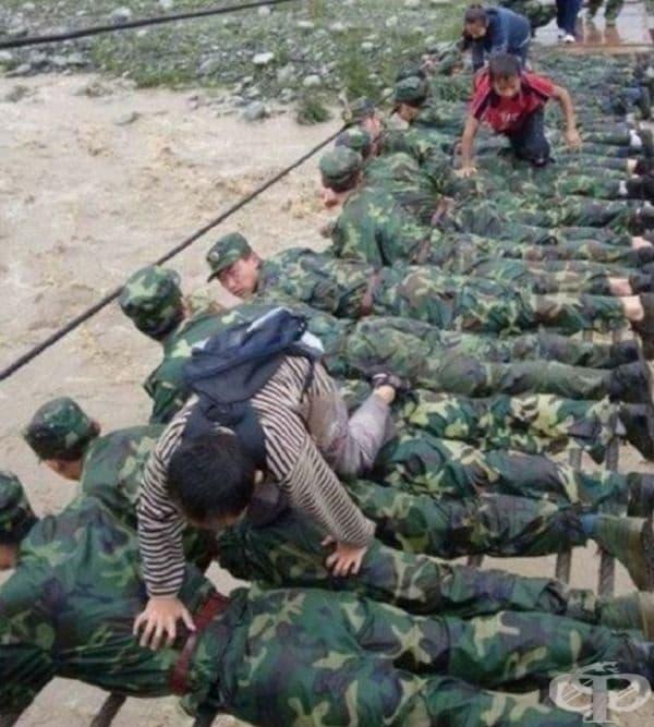 Войници създават мост с телата си, за да спасят хората, които са били засегнати от тежки наводнения.